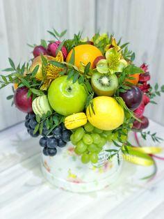 Fruit and floral decoration Fruit Flower Basket, Fruit Flowers, Sola Flowers, Edible Fruit Arrangements, Edible Bouquets, Floral Arrangements, Catering Food Displays, Fruit Displays, Vegetable Bouquet
