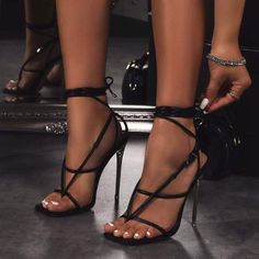 Frauen In High Heels, Sexy High Heels, Black Heels, Fancy Shoes, Me Too Shoes, Flat Shoes, Heeled Boots, Shoe Boots, Talons Sexy