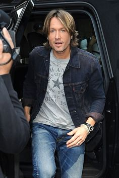 "Keith Urban Photos - Australian country music singer Keith Urban, a new judge on ""American Idol"", arrives for more auditions in New York City. - Keith Urban Arrives for 'American Idol' Urban Hairstyles, Up Hairstyles, Keith Urban, Nicole Kidman, Best Celebrity Tattoos, Celebrity News, American Idol Judges, The Maxx, Faded Black Jeans"