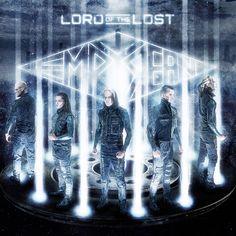 http://polyprisma.de/wp-content/uploads/2016/08/Lord_Of_The_Lost_Empyrean-1024x1024.jpg Lord Of The Lost - Empyrian http://polyprisma.de/2016/lord-of-the-lost-empyrian/ Konzept: Oper Lord Of The Lost haben probieren immer wieder neu Stile aus, erfinden sich neu. Empyrean, das neue Album der Hamburger Band, ist einerseits genau das, eine Neuerfindung. Andererseits ist Empyrean  aber auch eine Rückbesinnung auf Bewährtes. Der letztjährige Ausflug in die Gestade de...