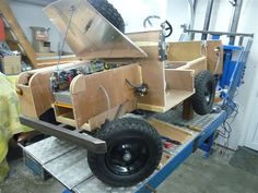 The wheels have become white, both the front axle and the motor got a guarding plate.