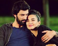 Omer makes it known that Elif is his girlfriend. Omar declara que Elif es su novia.