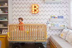 Apresentamos o quarto do bebê BENTO, filho de MARCELO BASTOS, diretor da Farm e Fábula, e da estilista PAULA FURTADO. Estampa e ótimas ideias não faltam.