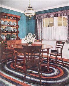 What is Colonial interior style? - Colonial and Early American interior design Early American Decorating, Maple Furniture, 70s Furniture, Classic Furniture, Vintage Furniture, Early American Furniture, Vintage House Plans, Vintage Homes, Interior Styling