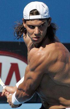 Rafael Nadal war der beste Tennis Spieler er ist in Spanien geboren in Mallorca.