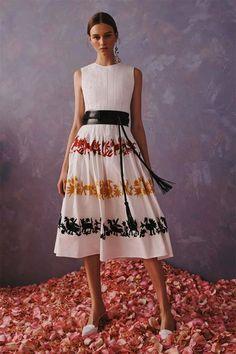 Get inspired and discover Carolina Herrera trunkshow! Shop the latest Carolina Herrera collection at Moda Operandi. Vestidos Carolina Herrera, Carolina Herrera Bridal, Fashion 2020, London Fashion, Fashion Show, Fashion Design, Fashion Weeks, Style Fashion, Look Chic