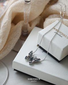 Wir schwärmen von diesem wunderschönen Schmetterlingsanhänger, der mit Topasen und Diamanten besetzt ist! Der perfekte Schmuck für den Frühling! Topas, Spring Blooms, Arrow Necklace, Jewelry, Gemstones, Nice Asses, Jewlery, Jewerly, Schmuck
