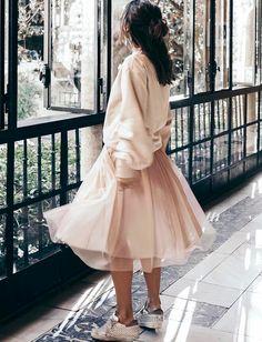 Voir la vie en rose a parfois du bon ! (jupe Zara, sweat H&M - photo Collage Vintage)