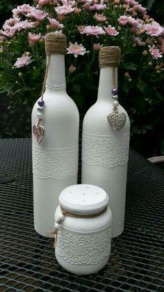 Garrafas de vinho e potes de geléia