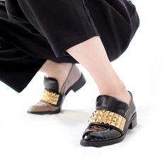 今日もスカしてるマチコです 強そうな靴でしょなのにクッションベロが足を守ってくれるのよ貴方の単調な日常をギラつかせてくれるわよライトが当たるとすごくキラキラして夜歩きにも安全ね AGENT GREIP エージェントグレイプ agj-007 #agentgreip#エージェントグレイプ#シューズ#ローファー #スタッズ#2016ss #fashion#cute#love