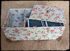 *Caixa para chá e adoçante, em Cartonagem, forrada com tecido de algodão. *Tecido a escolher. *Delicada e útil!