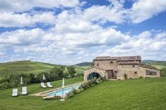 Villa Orion || www.tuscanyretreats.com || Tuscany - Pienza ||  up to 16 people, private pool, air-conditioning. Surrounded by hundreds of acres of private farm land, this wonderful luxury farmhouse is the perfect hideaway. Complete privacy, best for #italianweddings. #italyvillas #Italianvillas #italianvillasforrent #tuscanvillasforrent #tuscanyvillasforrent #vacation #italytravel #urlaub #italyvillaweddings #italianweddingsvilla #villasforrent #luxuryvilla #italianluxuryvilla #tuscanyvilla
