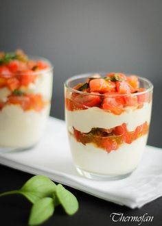 Strawberry and Rhubarb Parfaits Parfait, Cata, No Bake Desserts, Soul Food, Finger Food, Sweet Treats, Deserts, Strawberry, Cooking Recipes