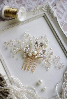 Изысканный свадебный гребень прекрасно дополнит образ стильной и нежной невесты.