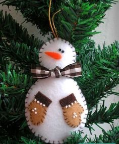 Love this little felt snowman ornament though his mittens are backwards. I would have to prim/tea dye the white felt. Felt Christmas Decorations, Christmas Ornaments To Make, Christmas Sewing, Noel Christmas, Felt Ornaments, Handmade Christmas, Felt Snowman, Snowman Crafts, Christmas Projects