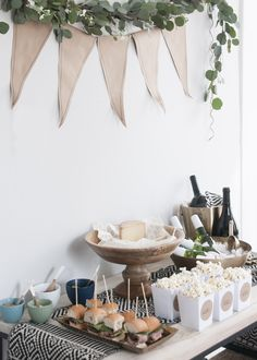 Chic & Casual March Madness Party – Earnest Home co. Baby Birthday, 1st Birthday Parties, Cumpleaños Shabby Chic, Unique Bridal Shower, Snacks Für Party, Baby Sprinkle, Bridal Shower Decorations, Holidays And Events, Baby Boy Shower