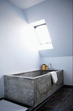 This amazing Concrete Bathtub makes a real statement. The rawness of the concrete compared to the modern decor makes the tub the main emphasis of the bathroom. Beton Design, Concrete Design, Diy Concrete, White Concrete, Concrete Projects, Concrete Planters, Bad Inspiration, Bathroom Inspiration, Bathroom Ideas