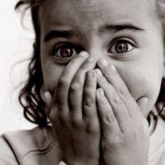 Geëmotioneerd, foto van een kind die bang is. Je ziet de emotie.