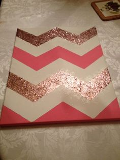Tableau coloré et très facile à faire #DIY #tableau #MMMJ Glitter Chevron Canvas, Chevron Wall Art, Diy Wall Art, Diy Artwork, Creative Artwork, Glitter Wall Art, Glitter Crafts, Wall Decor, Room Decor