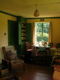Top Green Living Rooms Interior Design Ideas and Furniture 1940s Living Room, Living Room Green, Living Room Interior, Interior Design Living Room, Living Room Designs, Living Rooms, 1940s Home, Temporary Housing, Vintage Interiors
