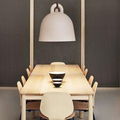 Bell è una lampada da soffitto a forma di icona di una campana. La superficie regolare e tondeggiante conferisce un aspetto modellato al lampadario.
