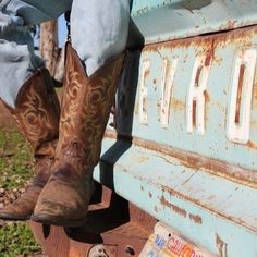boots and old truck. Love everything about this including the Cali plate!