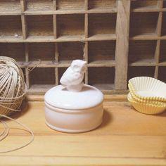 Une petite bonbonnière ? Une boîte à secrets ? Une boîte à dents ??  A vous de choisir la fonction de cette jolie petite boîte en céramique blanche ! 9,00 € http://www.lafolleadresse.com/boites-et-rangements/867-pot-rond-10-cm-avec-couvercle-en-céramique-chouette-petit-modèle.html