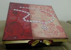 Caixas organizadoras medindo 23x23x9 uma decorada com papel de scrap a outra com stencil, por dentro é flocada proporcionando um acabamento perfeito