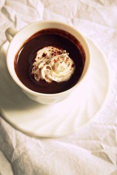 Hot Chocolate 2 VOIR RECETTE POUDRE  Cassique:  Met 3 cs poudre choco chaud dans 1 tasse  verse pt à pt 150 ml  lait chaudjusqu'à   poudre soit complètement dissoute. Déguste.     Dense Veloutée:  Verse 3 cs  poudre choco chaud dans  casserole, délaye avec 150 ml  lait froid sans faire  grumeaux. Chauffe  feu doux  mélangeant sans arrêt jusqu'à ce que le chocolat prenne une consistance légèrement épaisse et veloutée. Servir dans1 tasse et ajouter  nuage de crème fouettée type chocolat…