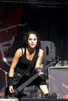 Apprenez à jouer de la guitare basse comme Karin Axelsson de Sonic Syndicate sur MyMusicTeacher.fr Sonic, Guitar Girl, Jazz Band, Cool Girl, Female, Concert, Comme, Guitars, Musicians