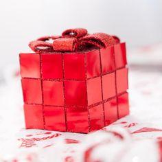 Optez pour une décoration de Noël chaleureuse avec ce cadeau de Noël décoratif pailleté doté d'un fil de suspension.   Décorez votre table ou votre sapin de Noël avec ce bel article et pour un Noël plein de poésie associez-le à des couleurs complémentaires.