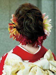 若々しい魅力が引き立つように生花をたっぷりとあしらって/Back ホテルオークラ東京/与儀美容室(Yogi Beauty Salon) ヘアメイクカタログ ザ・...