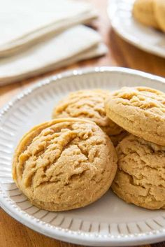 Peanut Butter Cookies - The most amazing melt-in-your-mouth texture! These Peanut Butter Cookies have the most amazing melt-in-your-mouth texture, with crisp edges and a creamy, rich peanut butter middle. It's my favorite peanut butter cookie! Chocolate Chip Cookies, Soft Peanut Butter Cookies, Butter Cookies Recipe, Peanut Butter Recipes, Yummy Cookies, Peanut Butter Biscuits, Peanut Better Cookies, Desserts With Peanut Butter, Peanut Cookies