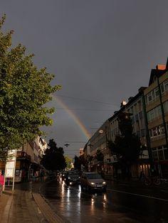 in der Stadt stehend....links der Regenbogen