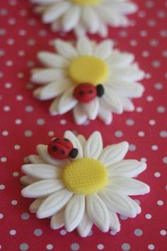 60 fondant cupcake toppersladybugs on a daisy por PastelFiesta Ladybug Cupcakes, Snowman Cupcakes, Flower Cupcakes, Fun Cupcakes, Giant Cupcakes, Fondant Rose, Fondant Baby, Icing Flowers, Fondant Flowers