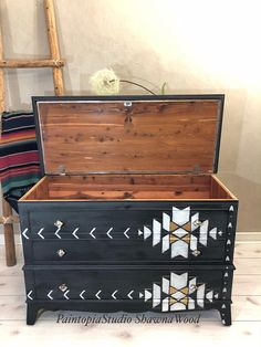 Hand Painted Dressers, Hand Painted Furniture, Refurbished Furniture, Painted Trunk, Diy Furniture Flip, Painted Chest, Black Furniture, Cheap Furniture Makeover, Diy Furniture Renovation