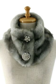 Faux fur neck warmer with brooches. This grey should go well with navy, balck, and white coats. Or, even with beige ones. Easy to sew one for yourself. Faux Fur Collar, Fur Collars, Colar Diy, Sewing Crafts, Sewing Projects, Fur Accessories, Fur Fashion, Sporty Fashion, Fashion Women