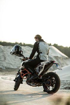 Hund im Motorrad Outfit Großer Motorroller Dackel mit Helm und Brille Antik Stil