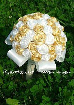 Na złote gody bukiecik ze złotych i białych różyczek <3  Jak dla mnie połączenie kolorów idealne i eleganckie jak na taką okazję :) Miłego wieczoru :)