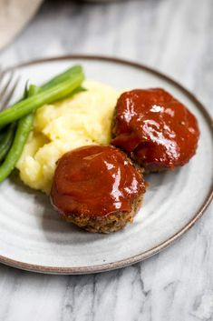 Mini Meatloaf Muffins Easy Mini Meatloaf Muffins made with ground beef or ground turkey and topped with homemade bbq sauce. Easier and healthier than traditional meatloaf. Beef Recipes For Dinner, Ground Beef Recipes, Meat Recipes, Cooking Recipes, Meatloaf Recipes, Recipies, Chef Recipes, Healthy Cooking, Chicken Recipes