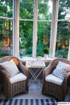 ikkunalauta,viherkasvit,kuisti,koristetyynyt,apupöytä