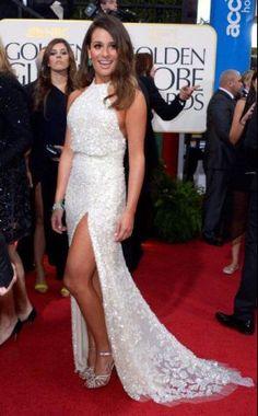 """Lea Michele , estrela da série """"Glee"""" escoklheu um modelo branco com aplicações  de Elie Saab."""