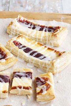 Vanilja-hilloviinereistä ei enää leipominen voi helpottua. Ja mikä maku! 1. Levitä lehtitaikinalevyt leivinpaperilla peitetylle uunipellille s… Tasty Pastry, Savory Pastry, No Bake Desserts, Delicious Desserts, Baking Recipes, Cake Recipes, Impressive Desserts, Sweet Pastries, Sweet And Salty