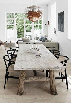 table en bois brut dans la salle a manger chic, lustre deisgn, table en bois brut