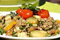 Uvařená čočka promíchaná se zeleninou ugrilovanou v troubě, salát dochucený bylinkami, cibulí, octem, olivovým olejem, pepřem a solí.
