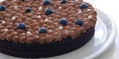 Dejlig snasket chokoladekage med blåbær og den skønneste chokoladecreme på toppen, der løfter kagen til nye højder og får den til at se ekstra fin ud.