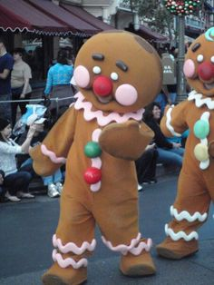 Disney Ginger bread people!!! Gingerbread Man Costumes, Gingerbread Decorations, Christmas Gingerbread, Christmas Decorations, Christmas Float Ideas, Christmas Parade Floats, Christmas Projects, Christmas Fancy Dress, Disney Christmas