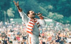 Famous British musicians like The Beatles, The Rolling Stones, Freddie Mercury, Adele, and Amy Winehouse sound American when they sing. Queen Freddie Mercury, John Deacon, Fleetwood Mac, Stevie Nicks, Rolling Stones, Paperback Writer, Queen Aesthetic, Roger Taylor, We Will Rock You