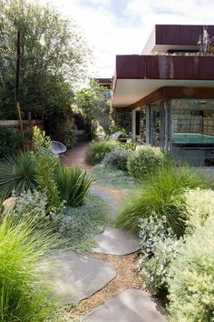 Super Genius Ideas: Backyard Garden On A Budget House rustic backyard garden string lights.Backyard Garden On A Budget Suits backyard garden wedding mason jars.Backyard Garden Design How To Grow. Gravel Garden, Garden Paths, Gravel Walkway, Pea Gravel, Garden Grass, Dry Garden, Side Walkway, Garden Beds, Pebble Garden