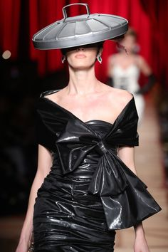 Moschino Sent Models Wearing Literal Trash Down The Runway Recycled Costumes, Recycled Dress, Recycled Clothing, Trash To Couture, Trash Bag Dress, Runway Fashion, Fashion Show, Fashion Design, Recycled Fashion